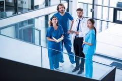 Хирурги, доктор и медсестра стоя в больнице Стоковая Фотография RF