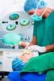 Хирург доктора с пациентом в операционной Стоковое фото RF
