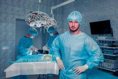 Хирург команды на работе в работая комнате Увеличение груди стоковые изображения