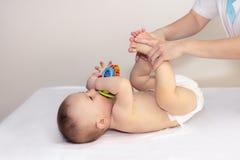 Хирург доктора протезный рассматривает соединения в newborn стоковое изображение