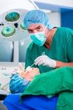Хирург доктора с пациентом в операционной Стоковое Изображение