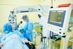 Хирург офтальмолога доктора в комнате деятельности стоковое изображение