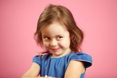 Хитро девушка с любознательным взглядом смотрит к стороне и прокладывает курс что-то стоковые фотографии rf
