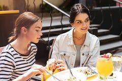 Хитро женщина кладя вилку от ресторана к ее сумке стоковое изображение