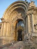 Хитро конструированный entranceway Петит Palais, Парижа стоковое фото rf