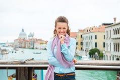 Хихикая турист женщины на мосте при пересеченные оружия Стоковое Изображение