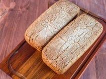 Хлебец домашнего испеченного хлеба на деревянной разделочной доске Стоковые Фото