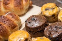 Хлебец сосиски крупного плана очень вкусный и свежие вкусные scones на w Стоковые Фото