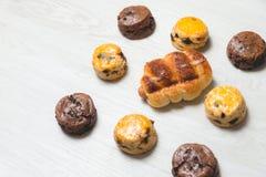 Хлебец сосиски крупного плана очень вкусный и свежие вкусные scones на w Стоковая Фотография