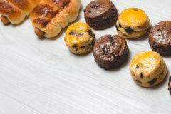 Хлебец сосиски крупного плана очень вкусный и свежие вкусные scones на w Стоковая Фотография RF