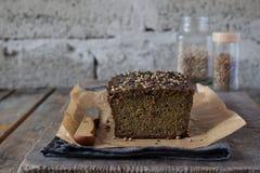 Хлебец хлеба Яблока от семян подсолнуха, chia и семян льна печь домодельный paleo диетпитания Органическая здоровая вегетарианска стоковое изображение