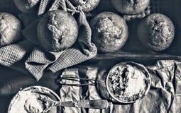 хлебопекарня свежая Пирожные, булочки, хлебопеки получают их руки на печеньях хлебопека стоковые фото