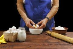 Хлебопекарня, старый хлебопек, хлебопек, ломает яичко, тесто, печенье, муку, стоковое фото rf