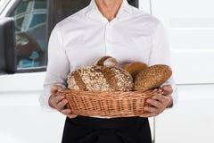 Хлебопек держа корзину хлебца хлеба Стоковое Изображение RF