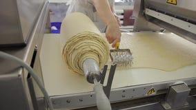 Хлебопек подготавливает тесто в мастерской хлебопекарни крытой сток-видео