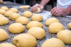 хлебопек подготавливает тесто хлеба Стоковые Изображения RF