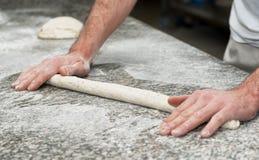 хлебопек подготавливает тесто хлеба Стоковая Фотография