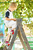 хлебоуборка мальчика немногая достигаемость стоковое изображение
