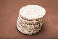 Хлебцы риса диетические клали вне пирамидой r стоковая фотография