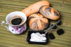 Хлебцы с маковыми семененами и чашкой кофе Стоковая Фотография