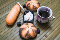 Хлебцы с маковыми семененами и чашкой кофе Стоковые Фотографии RF