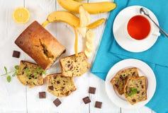 Хлеб банана на таблице с чашкой чаю Стоковое Изображение RF