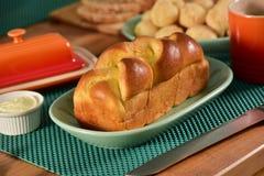 Хлеб бриоши на деревенской доске Стоковая Фотография