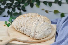 Хлеб всей пшеницы на доске Стоковая Фотография RF