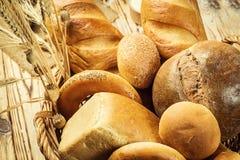 Хлеб в корзине, составе с разнообразием продуктов выпечки на w стоковая фотография rf