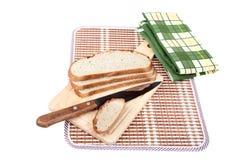 хлеб доски прерывая ломтики ножа Стоковая Фотография