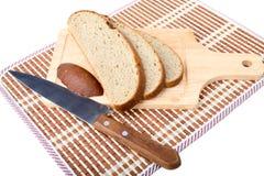 хлеб доски прерывая ломтики ножа Стоковое Фото