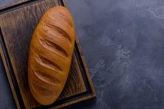 хлеб доски режа свежую изолированную белизну Стоковое фото RF