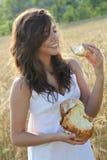 хлеб ест усмехаться части девушки Стоковые Изображения