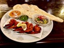 Хлеб индийской еды naan и плита цыпленка стоковая фотография rf