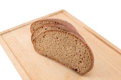 Хлеб ломтиков на прерывая доске Стоковые Изображения