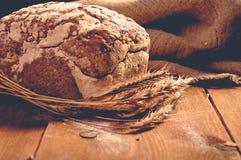 Хлеб на деревянных досках стоковые фото