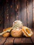 Хлеб на старые деревянные доски Стоковая Фотография RF