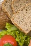 хлеб отрезает wholemeal стоковые изображения