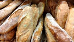Хлеб, плюшки и другие продукты пекарни золотого цвета на витринах магазина в движении акции видеоматериалы