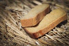 хлеб предпосылки черный изолировал белизну частей 2 предметов Хлеб лежит на, который выросли хлебе Глубина резкости очень мала стоковые фото