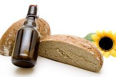 Хлеб пшеницы и бутылка пива Стоковая Фотография