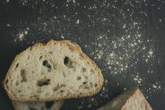 Хлеб ремесленника на черной плите утеса шифера стоковые фото