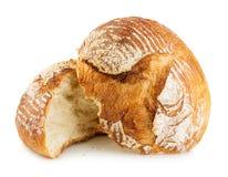 Хлеб свежего зерна домодельный отрезал в половине на белизне стоковое изображение