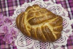 Хлеб сладостн, сладостный, ароматичный, необыкновенный в Hallah формы еврейское традиционное праздничное стоковые изображения