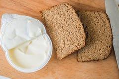 Хлеб с маслом на прерывая доске Стоковые Фото