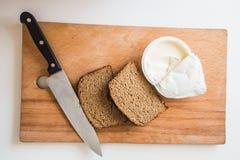 Хлеб с маслом с ножом Стоковое Изображение RF