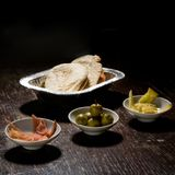 Хлеб с оливками, быстрая закуска пита Стоковые Изображения RF