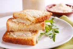 Хлеб с сыром коттеджа Стоковая Фотография RF