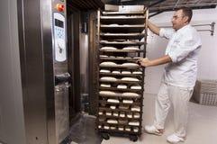 хлеб хлебопека делает Стоковые Изображения