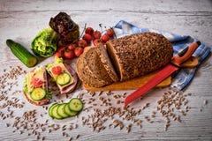 Хлеб хлопьев отрезанный с овощами стоковое фото